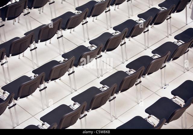 Leere Sitze in einer Reihe, erhöhten Blick Stockbild