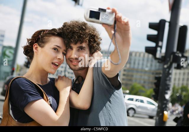 Deutschland, Berlin, junges Paar ein Foto von sich selbst Stockbild