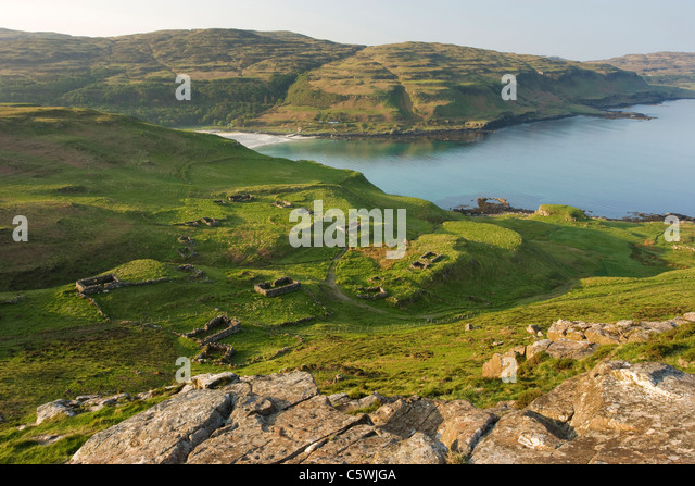 Inivea aufgegeben Township mit Blick auf Calgary Bay, Isle of Mull, Schottland, Großbritannien. Stockbild