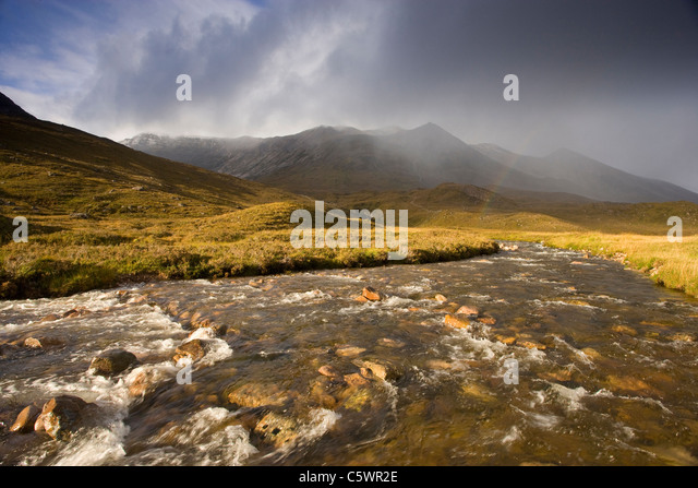 Fluß Torridon, Glen Torridon mit Beinn Eighe Bereich hinaus. Torridon, Wester Ross, Schottland, Großbritannien. Stockbild