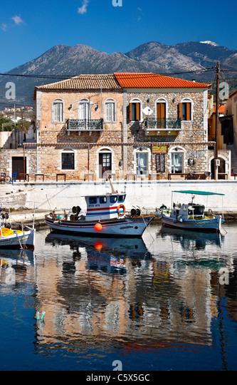 """Teilansicht der kleine Hafen von Aghios Nikolaos (oder """"Selinitsa"""") Dorf im westlichen (""""messenischen"""") Stockbild"""