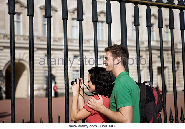 Ein junges Paar, ein Bild von Buckingham Palace Stockbild