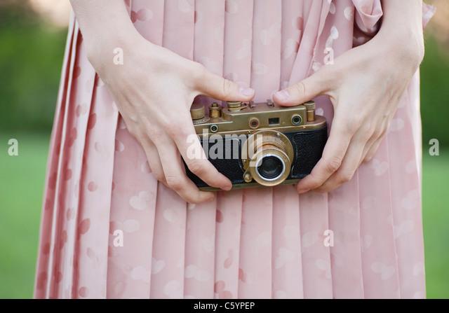 Russland, Voronezh, Mittelteil der Frau, die alte Kamera Stockbild