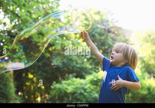 Junge übergroßen Blase im Hinterhof Stockbild