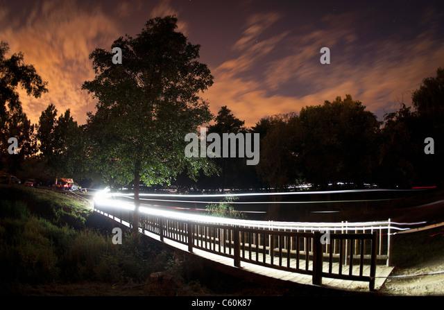 Spuren des Lichts von Mountainbiker Stockbild