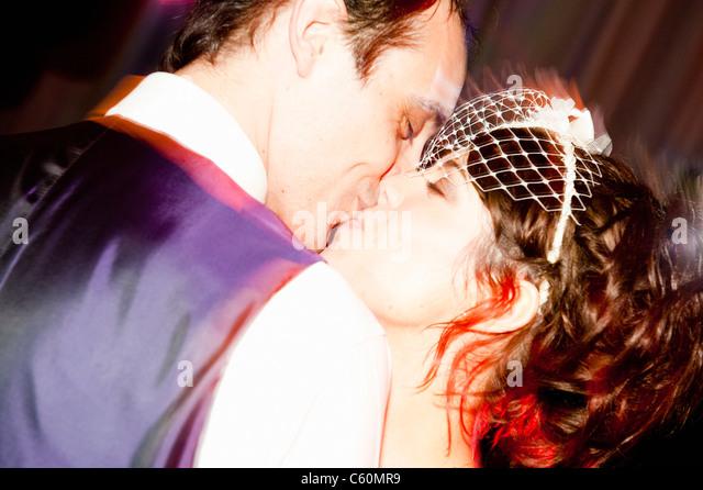 Brautpaar küssen an der Rezeption Stockbild