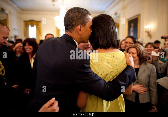 Präsident Obama flüstert in Michelles Ohr während der Feier des weißen Hauses Cinco de Mayo. Stockbild