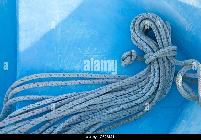 Segeln-Seil gewickelt auf dem Deck des Bootes Stockbild