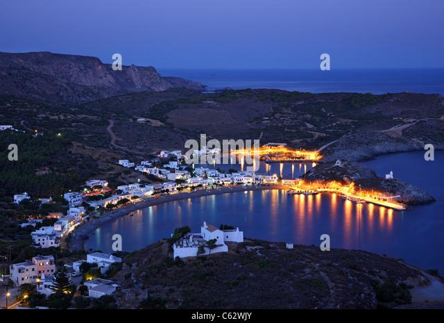 """Panoramablick Nachtansicht Kapsali Dorfes von Hora (der """"Hauptstadt"""") von Kythira (oder 'Cythera' Stockbild"""