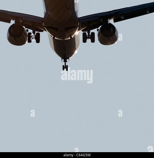 Flugzeug mit zwei Triebwerken vor der Landung Stockbild