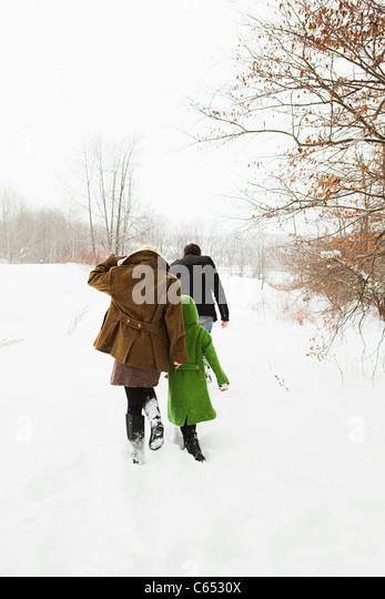 Familie, Wandern im Schnee Stockbild