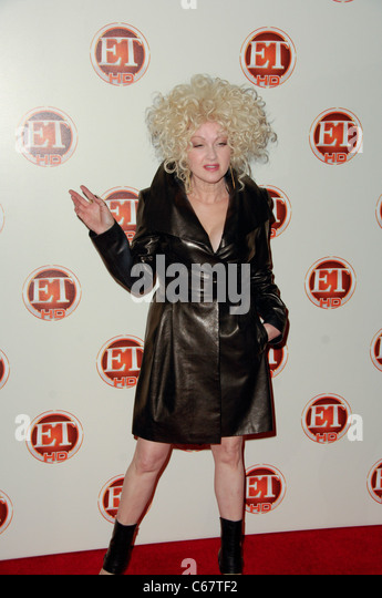 Cyndi Lauper im Ankunftsbereich für Entertainment Tonight Emmy Party, Vibiana, Los Angeles, CA 29. August 2010. Stockbild