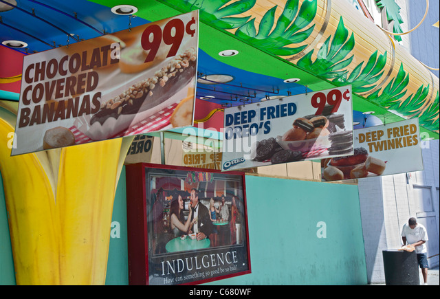 Las Vegas, Nevada - Zeichen vor einem Casino werben ungesunde Snacks. Stockbild