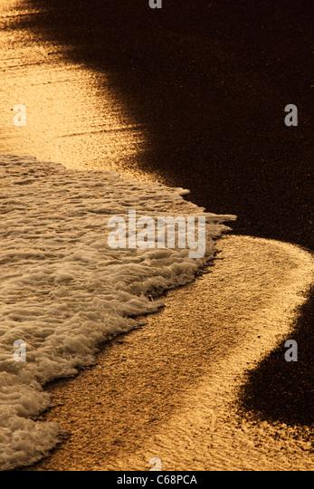 Wellen brechen sich am Strand Stockbild