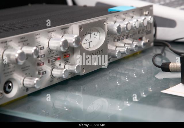 Avalon Vakuumröhre diskrete Twin Signal Weg Opto Kompressor Equalizer auf einem Tontechniker Schreibtisch Stockbild