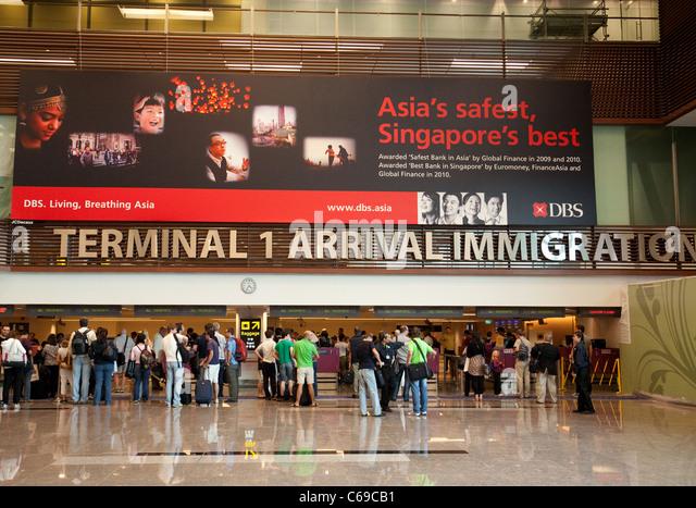 Reisende in der Ankunftshalle Halle, Terminal 1, Changi Flughafens Singapur Stockbild