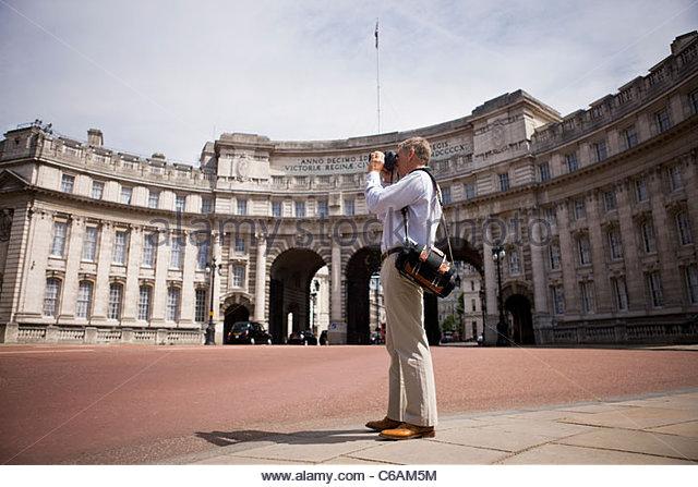 Ein Mann mittleren Alters stehen von Admiralty Arch, ein Foto Stockbild