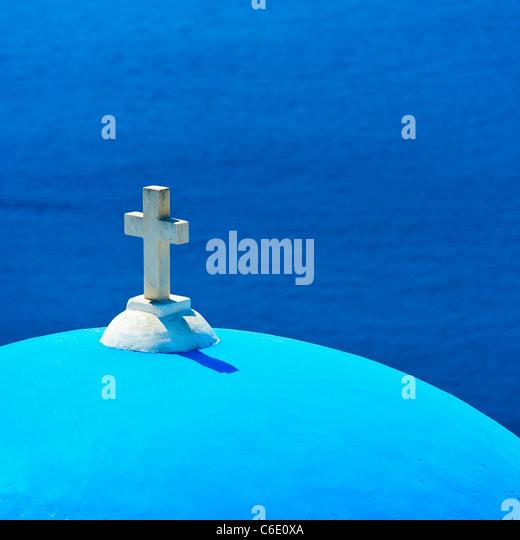 Griechenland, Kykladen, Santorini Oia, Kirche Kuppel mit Kreuz auf dem Seeweg Stockbild