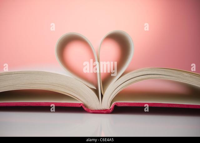 Nahaufnahme von Seiten aufgeschlagenen Buches Form zu hören Stockbild