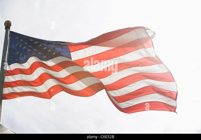 USA, New York State, New York City, amerikanische Flagge gegen Himmel Stockbild