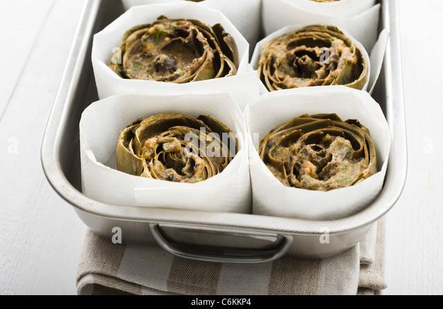Artischocken mit Ei und Sardellen Stockbild