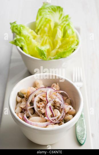 Salat mit weißen Bohnen und Thunfisch Stockbild