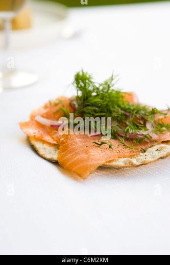 Knuspriges Brot, belegt mit geräuchertem Lachs und frischem dill Stockbild