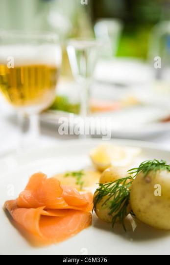 Geräucherter Lachs, serviert mit neuen Kartoffeln Stockbild