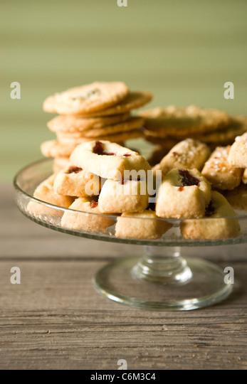 Schwedische Kekse, Finska pinnar, Syltgrotta (Marmelade Spritzgebäck) und Korintkaka (Rosinen Cookies) Stockbild