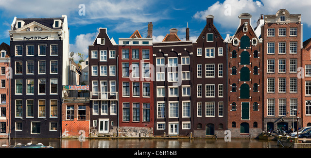 Europa, Niederlande, Amsterdam, Reihenhäuser entlang des Kanals Stockbild