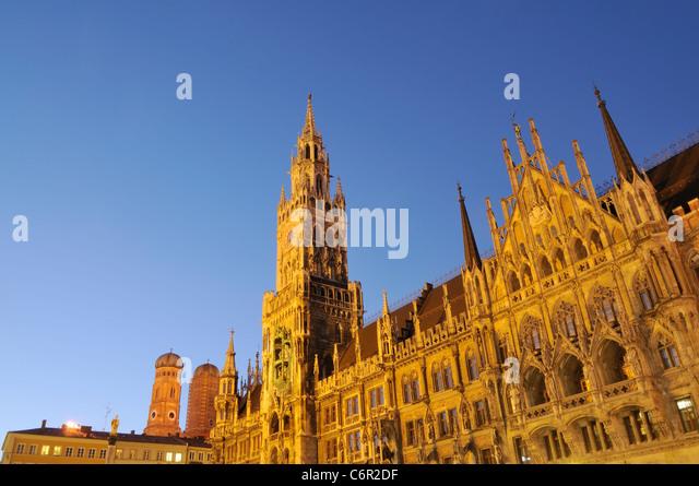 Nachtaufnahme von das neue Rathaus am Marienplatz in München. Stockbild