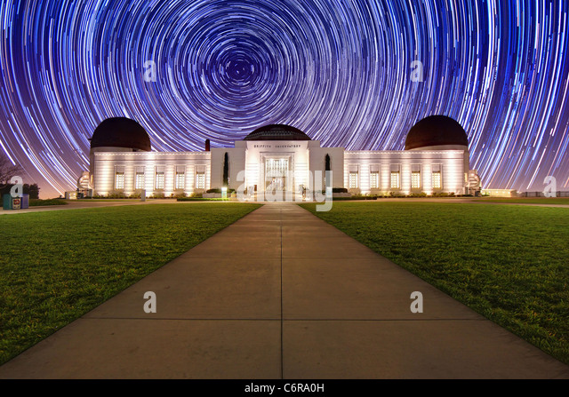 Star Trail Timelapse hinter das Griffith Observatory in Los Angeles, CA Stockbild