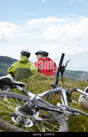 Mountain-Biker entspannen am Hang Stockbild