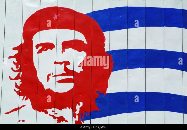 Porträt von Che Guevara und kubanische Flagge, Trinidad, Kuba. Stockbild