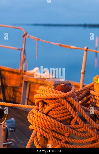 Nahaufnahme von gewickelte Seil am Boot Stockbild