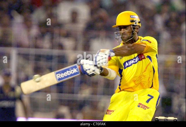 Chennai Super Kings Spieler spielt MS Dhoni ein Schuss während des Spiels gegen Ritter Reiter an den DLF IPL Stockbild