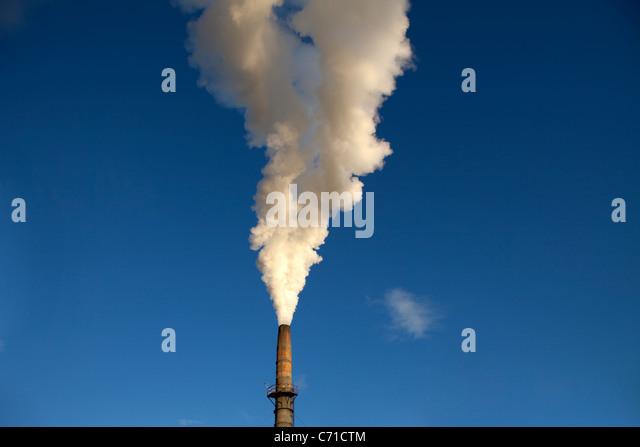 Rohr-Mühle mit viel Rauch. Stockbild