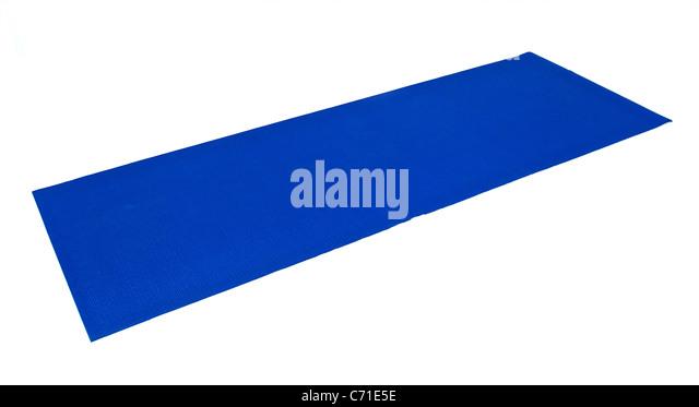 Eine blaue Yogamatte Übung ist flach und gebrauchsfertige gegen weiß angelegt. Stockbild