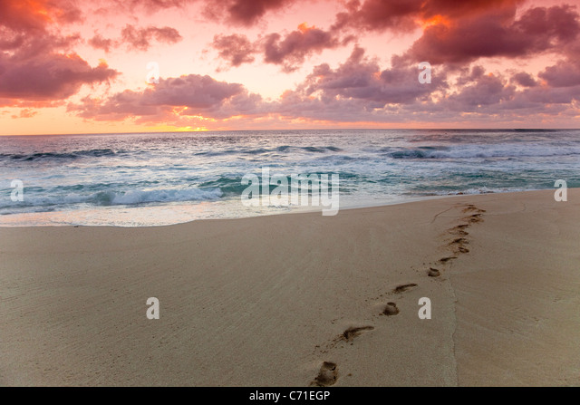 Ein roter Himmel Sonnenuntergang über Sunset Beach auf Hawaii. Stockbild