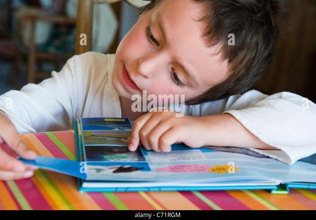 Kleine Junge Lesebuch Stockbild