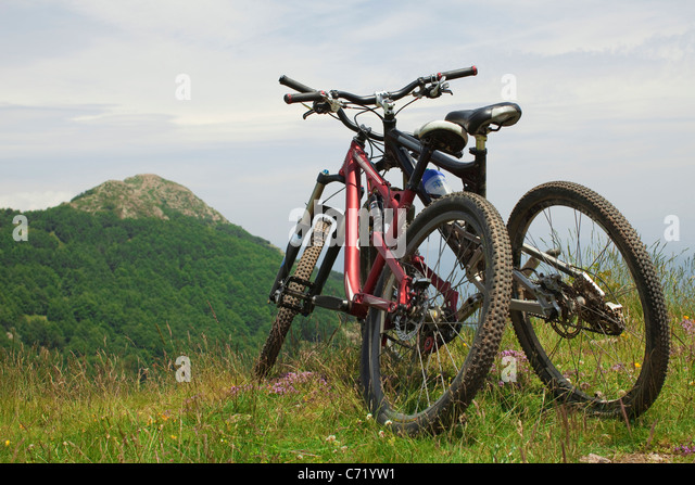 Zwei Fahrräder, die einander auf Hügel gelehnt Stockbild