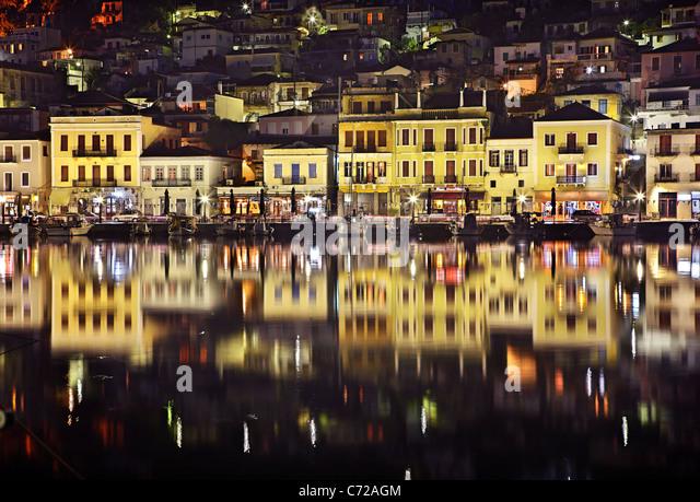 Nachtansicht auf den kleinen Hafen von Gythio malerischen Hafen von Sparta, Mani Region Lakonien, Peloponnes, Griechenland Stockbild