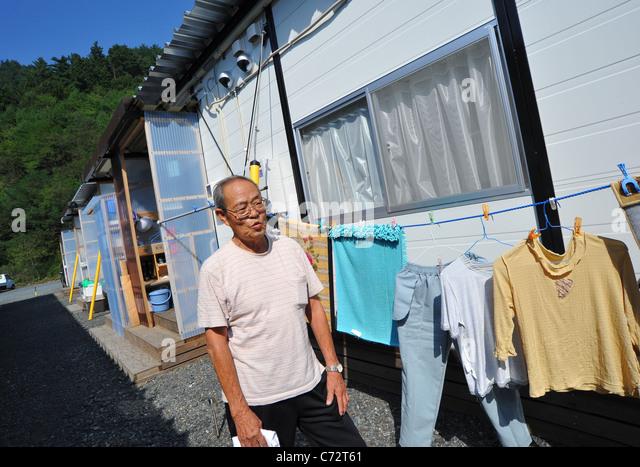 Minoru Ueno lebt in ein temporäres Gehäuse fast ein halbes Jahr nach der schlimmsten Katastrophe in Japan. Stockbild