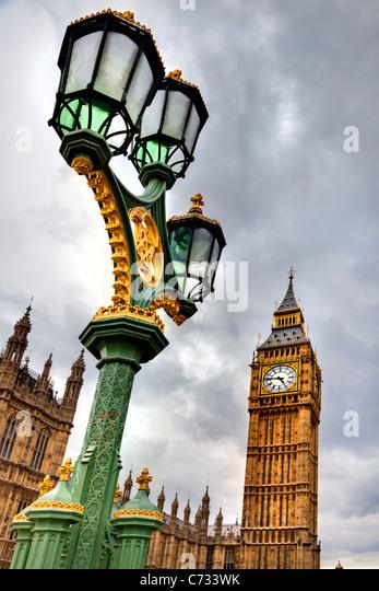 Niedrigen Winkel Blick auf einen Laternenpfahl vor einem Regierungsgebäude und einen Uhrturm, Houses of Parliament, Stockbild