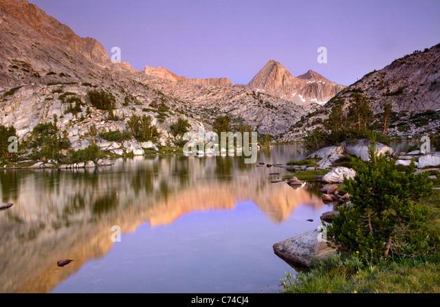 Reflexion einer Bergkette in einem See in Kalifornien bei Sonnenuntergang. Stockbild