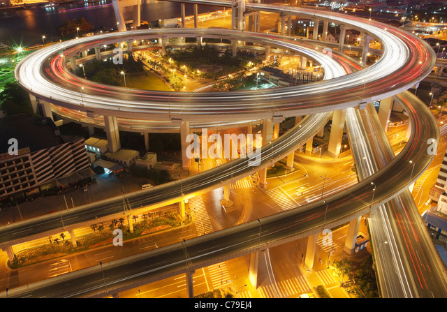 Verkehr am Kreisverkehr führt zu Nanpu-Brücke in der Dämmerung; Dongjiadu: Shanghai; China Stockbild