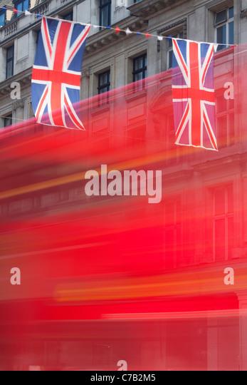 Roter Bus und Union Jack Flagge Regent Street in London Stockbild