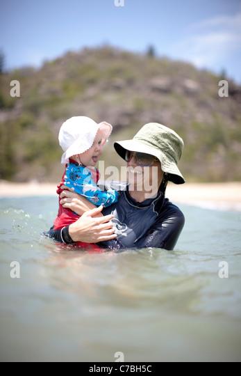 Mutter und Kind Baden am Radical Bay Nordost Küste von Magnetic island Great Barrier Reef Marine Park UNESCO Stockbild