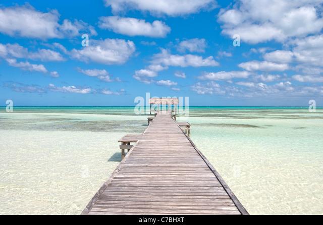 Pier in kristallklarem Wasser in der Lagune, Cayo Guillermo (Jardines del Rey), Ciego de Avila, Kuba Stockbild