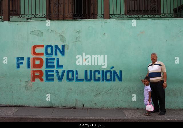 Vater und Sohn vor Con Fidel Revolucion Wand Wandbild, Santiago De Cuba, Santiago De Cuba, Kuba Stockbild